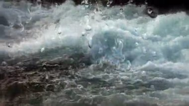 Schuss der Fliessgewässer mit Wasser Tropfen aus einem Wasser-Schaum. — Stockvideo