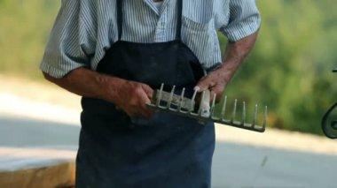 Oudere man herstellen houten hark in de voorkant van zijn huis — Stockvideo