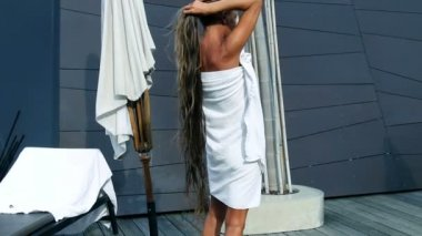 Woman woman with very long hair wrapped in towel — Stock Video