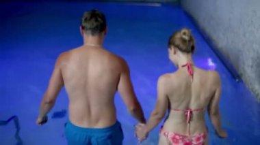 Kramar i en färgglad pool — Stockvideo