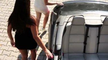Vier frauen, die zu fuß in einem geschäft an einem heißen sommertag — Stockvideo