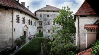 一些人走出城堡的镜头 — 图库视频影像