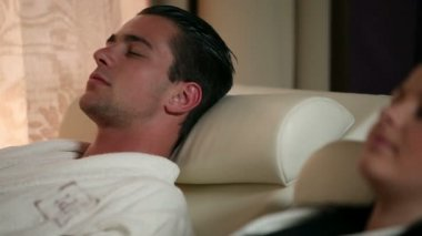 Paar ontspannen in de spa — Stockvideo