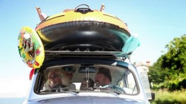 Big family driving to summer holiday in a verys small car — Vídeo Stock