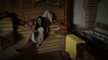 Dois casais relaxante e mentindo na sauna — Vídeo Stock
