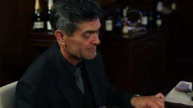 Tiro um homem sênior comendo em restaurante chique — Vídeo Stock