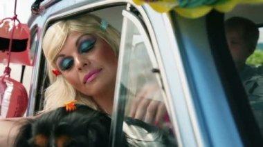 Araba ve gülerek pencereden arayan kadın — Stok video