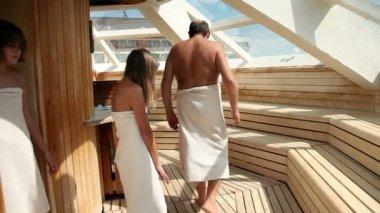 Várias pessoas na sauna suando — Vídeo Stock