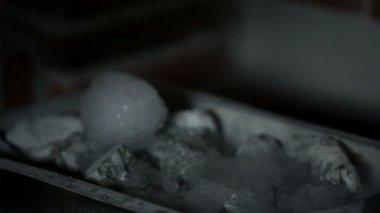 Gelo derretendo na sauna — Vídeo stock