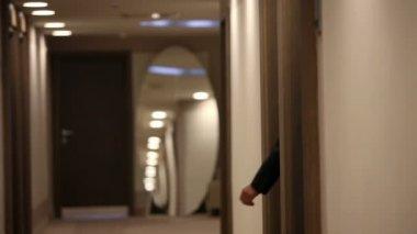 Foto de um casal de symphatic andando no salão do hotel de luxo — Vídeo Stock