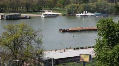 Strzał promem z piasku na rzece w belgradzie z okolicy — Wideo stockowe