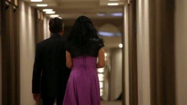 Para spacerująca w prywatnym pokoju — Wideo stockowe