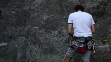 Young man preparing for rock climbing — Stock Video