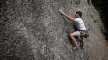 Man rock climbing in nature — Stock Video