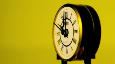 Beatiful antique clock in yellow surroundings — Stock Video