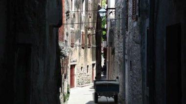 Shot van de donkere straat in het oude gedeelte van de stad — Stockvideo
