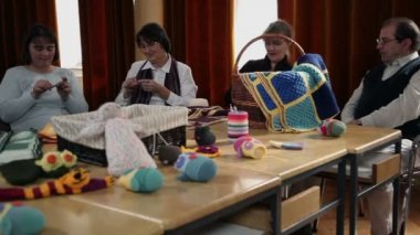 Old women knitting and old man watching — Stock Video