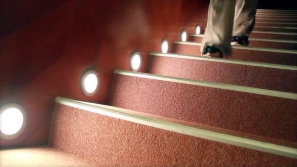 Una mujer que camina en las escaleras — Vídeo de stock