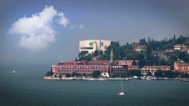 Colpo dell'hotel alla fine della penisola di isola con nuvole aded — Video Stock