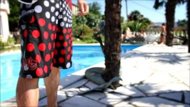 Fashionable man jumps in the pool. — Vídeo de stock