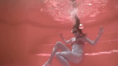 Sitting in the pool. full colour. slow motion. — Stock Video