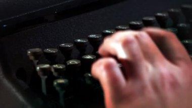 κοντινό πλάνο χέρια εγγράφως σε γραφομηχανή — 图库视频影像
