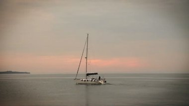 Panoramic shot of sailing boat on the sea — Stock Video