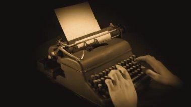 Noch ein schuss von wrting auf schreibmaschine in sepia — Stockvideo