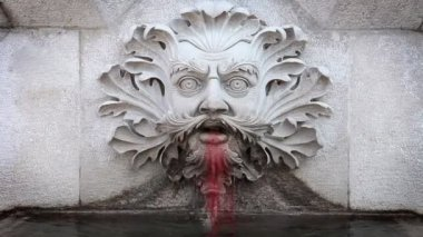 Close up of a statue of a man's head vomiting blood — Stock Video