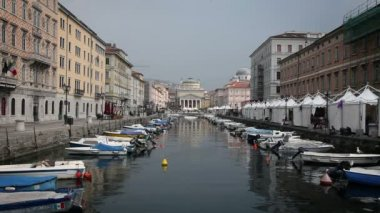 Shot of the sea canal in Trieste, full of parked boats — Video Stock