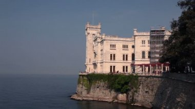 Panoramic shot of the castle on the shore — Stockvideo