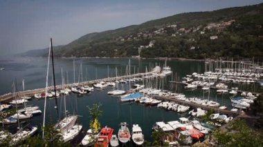 Panoramic shot of the full marina from the hill above — Stock Video
