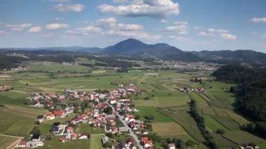 Diapositiva panorama disparado desde helicóptero representando valle con pequeños pueblos con una gran cantidad de viviendas y otras infraestructuras — Vídeo de stock