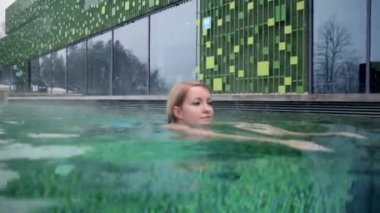 Pretty young woman swimms — Stock Video