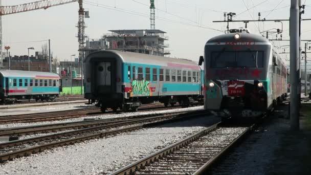 Train en marche avec des graffitis sur les wagons et la locomotive — Vidéo