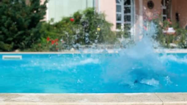 Hombre salta a la piscina. Es hora de moda. — Vídeo de stock