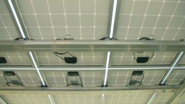 Construcción de electricidad debajo de los paneles solares — Vídeo de Stock