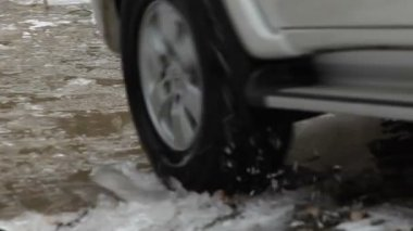 Close up shot of a pick up truck driving through a river — Vídeo Stock