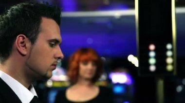 Молодая пара, флирт в казино — Стоковое видео