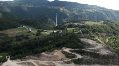 Panorama slajdów zdjęcia z helikoptera reprezentujących doliny z pól, łąk, lasów i kilka domów — Wideo stockowe