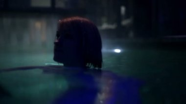 Woman in the pool at night — Stock Video