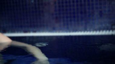 Mujer en la piscina — Vídeo de Stock
