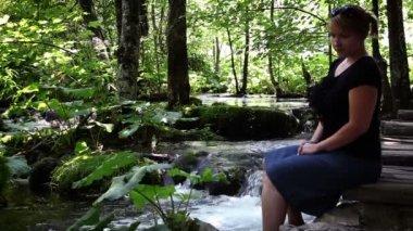 N ben orman oturma bir kadının atış kapatın — Stok video