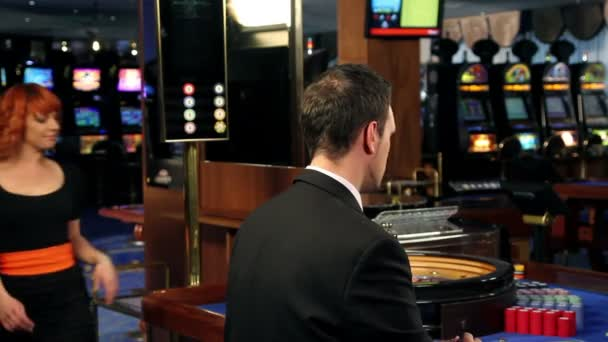 Coqueteo en casino — Vídeo de stock