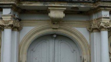 Foto da varanda com esculturas e portas de vidro quebrado — Vídeo stock