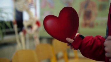 červené papírové srdce — Stock video