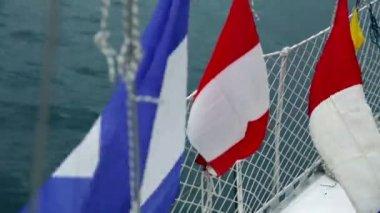 Flaggor från olika länder på segelbåt — Stockvideo