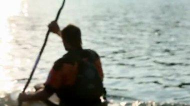 Junge menschen, die langsam im see kanu — Stockvideo