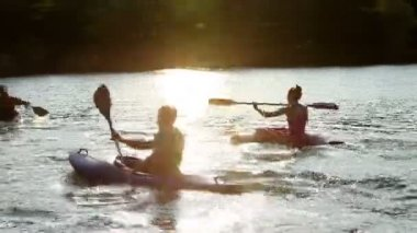 Young people slowly canoeing in the lake — Stock Video