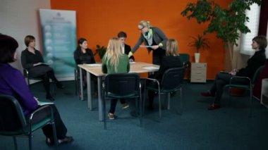 Jonge bedrijfswerknemers oplossen van bladen voor vergadering — Stockvideo